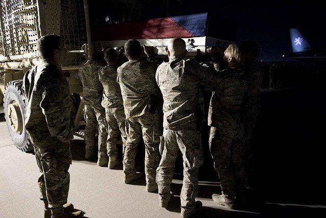 Armádní speciál s ostatky padlého českého vojáka Tomáše Procházky odletěl 24. října 2018 v podvečer z Afghánistánu. Na snímku se s padlým kolegou loučí vojáci na základně Bagrám.