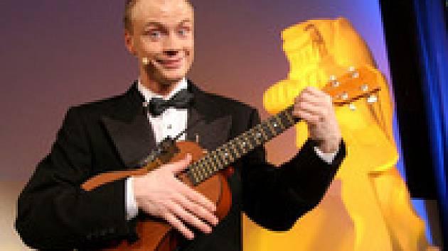 Jan Budař zpívá na pódiu kina Lucerna