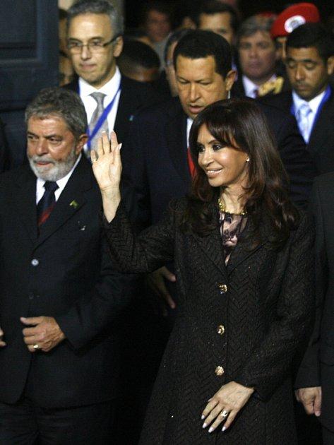 Brazilský prezident Lula (vlevo), argentinská prezidentka Kirchnerová a venezuelský prezident Chávez (za nimi uprostřed) kritizovali imigrační politiku EU.