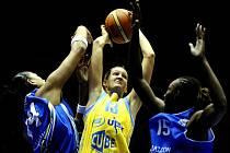 Basketbalistka USK Petra Kulichová (ve žlutém) se snaží prosadit mezi hráčkami Salamanky Erikou DeSouzaovou (vlevo) a Sancho Lyttleovou.