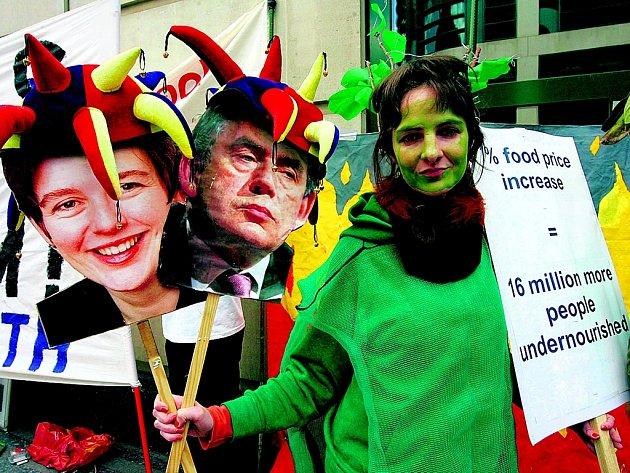Britská demonstrantka se snaží přesvědčit, že biopaliva způsobí růst cen potravin a podvýživu 16 milionů lidí.