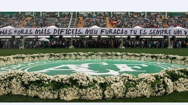 ceremoniál k uctění památky fotbalistů brazilského klubu Chapecoense