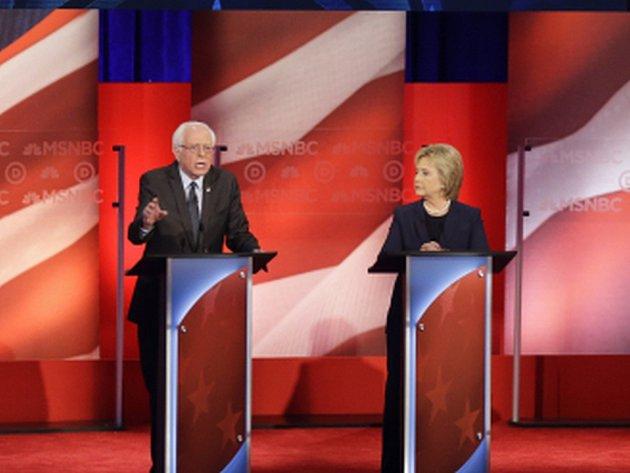 Tvrdý souboj mezi uchazeči o demokratickou nominaci do boje o Bílý dům Hillary Clintonovou a Berniem Sandersem ve čtvrtek předznamenal úterní primárky ve státě New Hampshire.