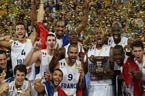 Basketbalisté Francie se radují na mistrovství Evropy ze zlatých medailí.