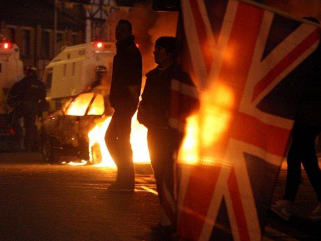 Protesty v Belfastu kvůli vyvěšování britské vlajky na radnici.