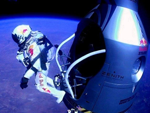 Třiačtyřicetiletý Baumgartner se nad americkým státem Nové Mexiko vrhl vstříc Zemi z kapsle zavěšené na balonu plněném heliem z rekordní výšky 39 kilometrů.