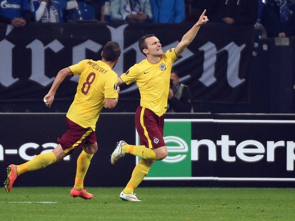 Kanonýr Sparty David Lafata (vpravo) se raduje s Markem Matějovským z gólu proti Schalke.