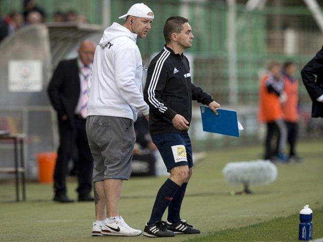 Rozhodčí Marek Pilný (vpravo) řídil zápas v Příbrami opilý. Disciplinární komise mu udělila dvouletý zákaz výkonu funkce a musí zaplatit pokutu.