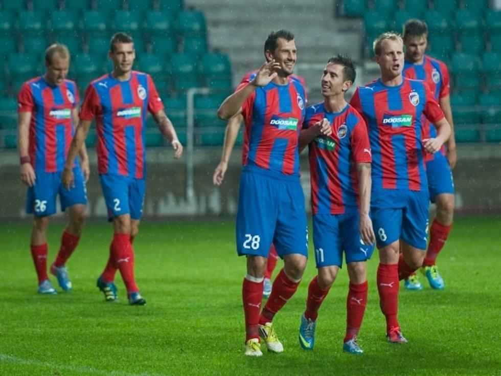 Střelec Plzně Marián Čišovský (č. 28) se raduje se spoluhráči s gólu proti Nomme Kalju.
