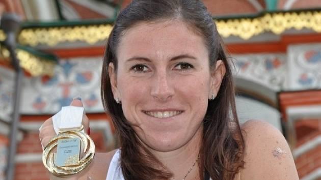 Mistryně světa v běhu na 400 metrů překážek Zuzana Hejnová pózuje se zlatou medailí na snímku pořízeném 17. srpna v Moskvě.