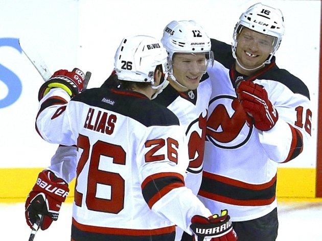 Hokejisté New Jersey (zleva) Patrik Eliáš, Damien Brunner a Jacob Josefson se radují z gólu proti NY Islanders.