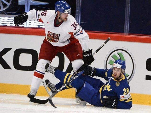 Jan Hejda (vlevo) zatavuje Dicka Axelssona ze Švédska.