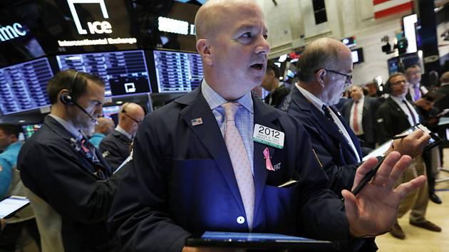 Obchodníci na akciové burze v New Yorku - ilustrační foto