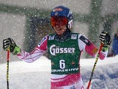 Mikaela Shiffrinvá se raduje z vítězství v obřím slalomu SP v Semmeringu.