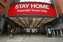Veřejná výzva, aby lidé zůstalil doma, v obchodním centru v Manchesteru