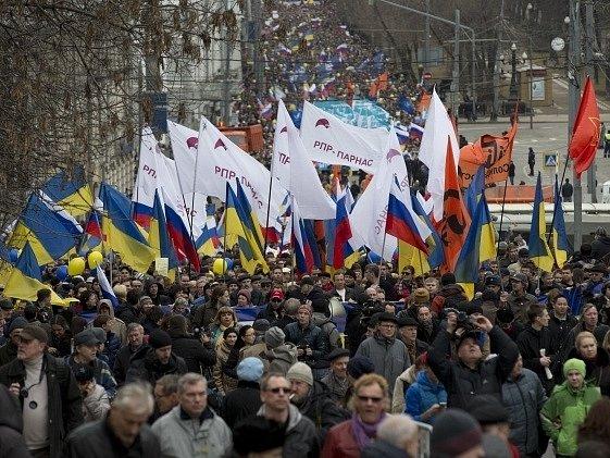Na podporu Ukrajiny v Moskvě demonstrují desítky tisíc lidí.