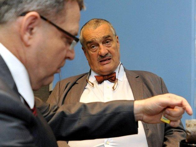 Ministr zahraničních věcí Karel Schwarzenberg a místopředseda ČSSD Lubomír Zaorálek vystoupili v neděli 8. července 2012 v Praze v diskusním pořadu České televize Otázky Václava Moravce.