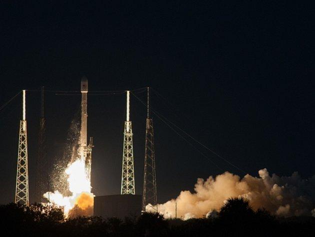Po několika odkladech vypustila americká společnost Space Exploration Technologies (SpaceX) do vesmíru první telekomunikační družici.