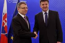 Ministr zahraničních věcí Lubomír Zaorálek (vlevo) jednal 25. února v Bratislavě při návštěvě Slovenska s ministrem zahraničí Miroslavem Lajčákem.