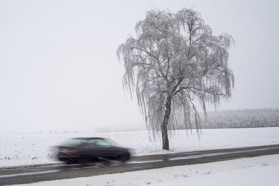 Sníh na silnici. Ilustrační snímek