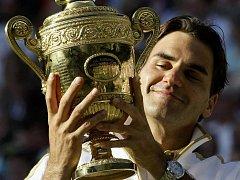 Roger Federer s trofejí pro vítěze Wimbledonu.