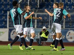 Fotbalisté Slavie se radují z gólu proti Baníku.
