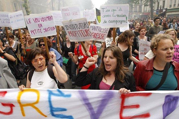 Proti zvýšení počtu odpracovaných let nutných pro přiznání plného starobního důchodu ze 40 na 41 protestovalo ve čtvrtek na půl milionu Francouzů. Snímek je z Paříže.