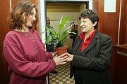 Ministrině Dzamila Stehlíková navštívila vazební věznici v Litoměřicích a předala ženám,které jsou zde ve vazbě a výkonu trestu kytičku k Mezinárodnímu dni žen.