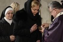 Kardinál Dominik Duka (vpravo) sloužil 18. prosince v kostele sv. Anny v Praze rekviem za bývalého prezidenta Václava Havla, od jehož úmrtí uplynuly dva roky. Uprostřed je vdova po Václavu Havlovi Dagmar.