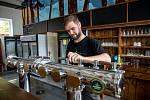 Sládek Michal Holý kontroluje nový výčep v Beskydském pivovárku v Ostravici, který se 29. května 2021 připravoval na otevření restaurací po rozvolnění protiepidemických opatření
