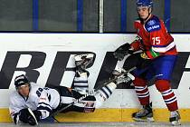 Lukáš Krejčík z Liberce (vlevo) a Vitalij Karamnov z HC Lev Praha.