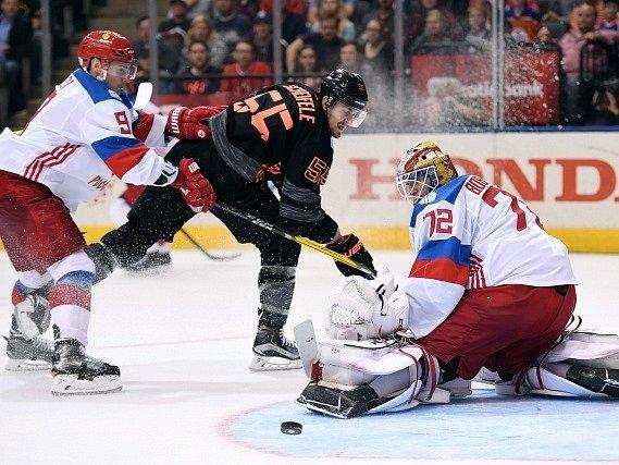 Hokejisté Ruska porazili ve skupině B Světového poháru v Torontu tým mladíků Výběru Severní Ameriky těsně 4:3 a vrátili se po úvodní porážce se Švédy (1:2) do hry o postup do semifinále.