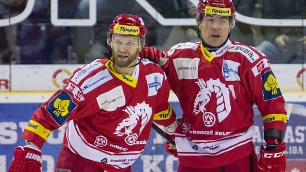 Hokejisté Třince Martin Růžička (vlevo) a Jiří Polanský.