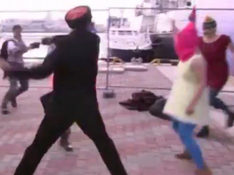 Pussy Riot daly na web protestní video se záběry útoku kozáků.