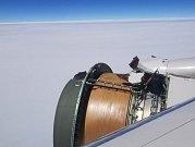 Obnažená část motoru, kterou mohli cestující vidět za letu z okénka.