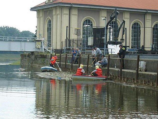 Hasiči sbírali kusy masa ze člunů jak na vodním toku, tak i na česlech jezu