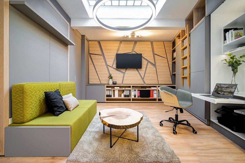 Garsonka v pražské Michli má jen 27 metrů čtverečních. Studio Mooden zde vytvořilo příjemné multifunkční obydlí s kuchyňskou linkou, jídelním stolem, šatnou, obývacím pokojem a ložnicí.