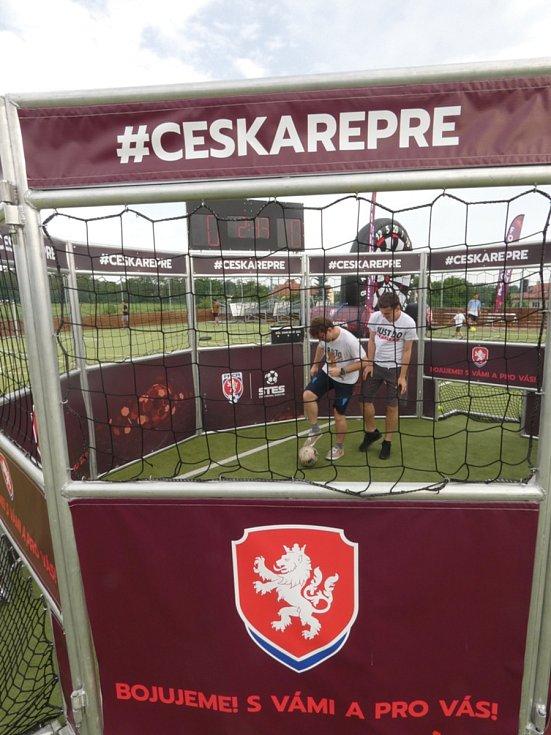 Můj fotbal živě:  Dolní Břežany  -  Zlatníky. Klec pro dva hráče.