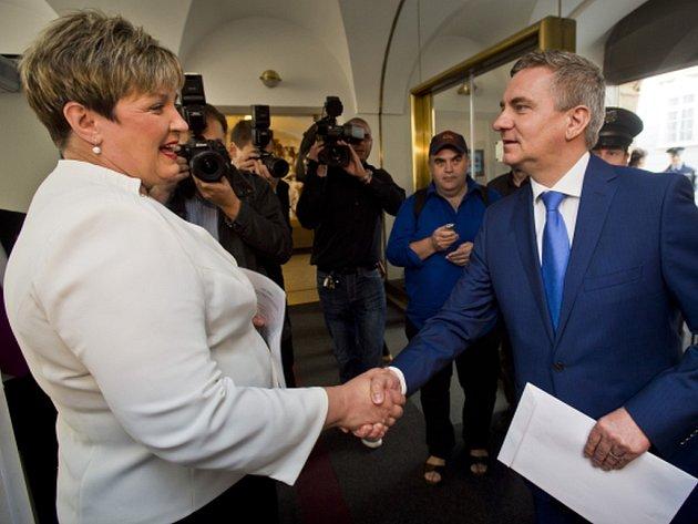 Prezidentův kancléř Vratislav Mynář předal dnes ve Sněmovně poslankyni TOP 09 a Starostů Věře Kovářové své majetkové přiznání. Kovářová ho s Mynářovým souhlasem zveřejní na webu.