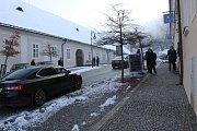 Miloš Zeman dorazil na tiskovou konferenci v Boskovicích. Na místě přihlížela jen hrstka podporovatelů