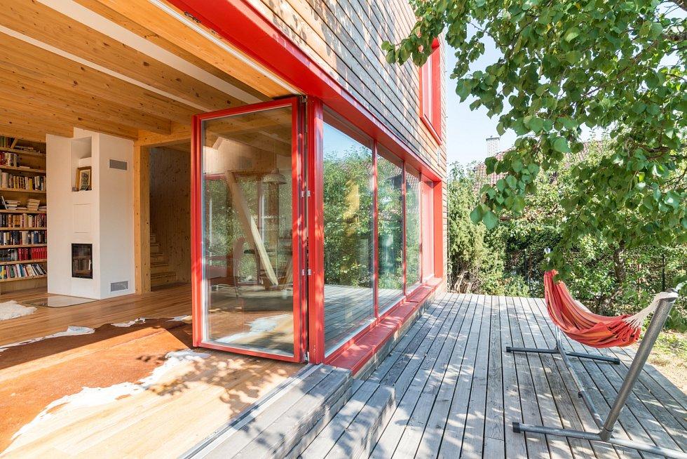 Okna jsou dnes výstavní skříní pasivních domů, otevřít je můžete podle vlastního uvážení. Na snímku je realizace architektů z 3AE, která stojí v Černošicích