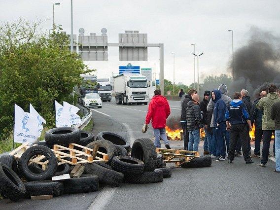 Stávkující pracovníci trajektové přepravy dnes zablokovali francouzský přístav Calais.