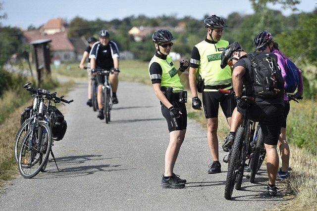 Policie kontroluje cyklisty
