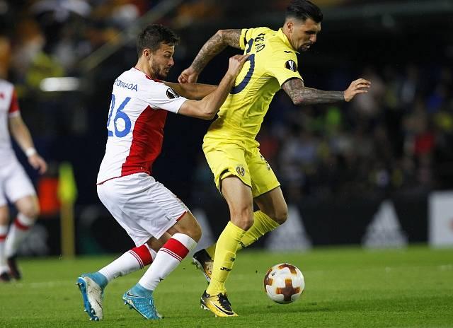 Jakub Hromada ze Slavie (vlevo) proti Villarrealu.