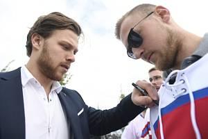 David Pastrňák (vlevo) s fanouškem.
