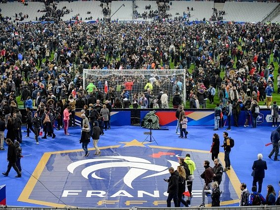 Panika. Francie se po teroristickém útoku vzpamatovává z tragédie. Pomůže i fotbal?