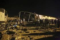 Následky náletu na detenční středisko pro migranty na předměstí libyjského hlavního města Tripolisu.