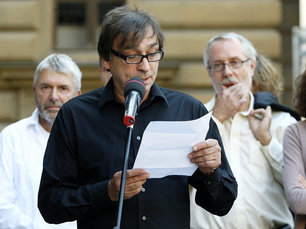 Herec Ondřej Pavelka čte text petice na piazzetě Národního divadla v Praze, kde se v neděli 9. září 2012 konal protest proti odvolání ředitele Národního divadla Ondřeje Černého.