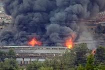 Na místě zasahují hasiči, podle informací záchranky nikdo není zraněn. Mohutný sloup černého dýmu je vidět z širokého okolí. Zasahující hasiči ČTK bez bližších informací řekli, že hoří tovární hala. V okolí byla omezena doprava.