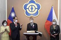 Předseda Senátu Miloš Vystrčil (uprostřed) s manželkou se 1. září 2020 v Tchaj-peji sešel s předsedou tchajwanského parlamentu Jou Si-kchunem (druhý zleva) s manželkou
